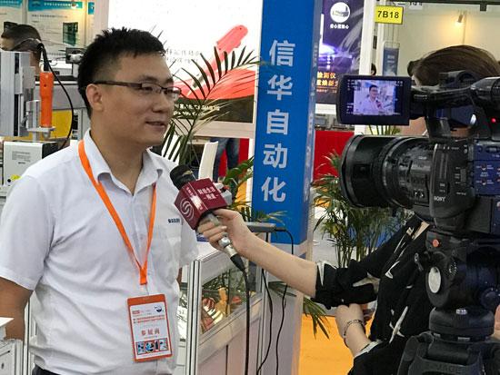 信华灌胶机展会记者采访